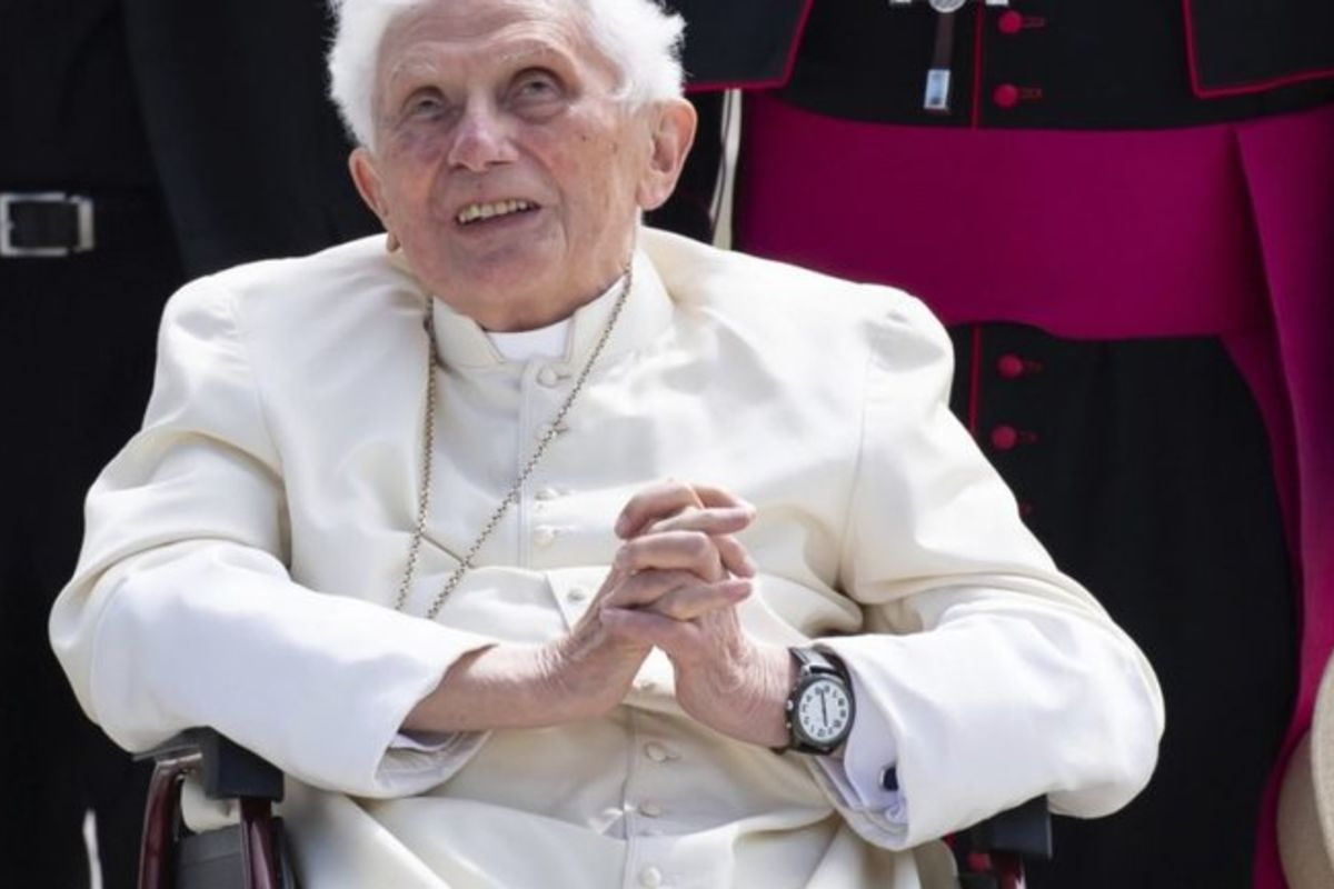 Стан здоров'я Папи Бенедикта XVI погіршується: «Свічка, щоповільно згасає»